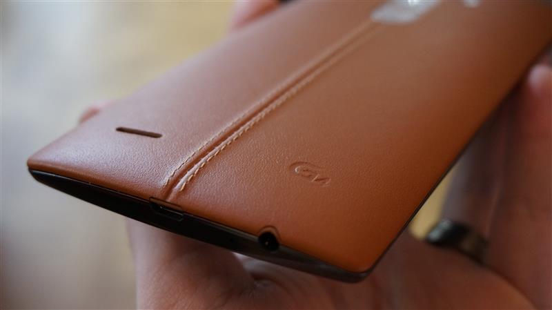 Mặt sau làm bằng nắp lưng da của LG G4